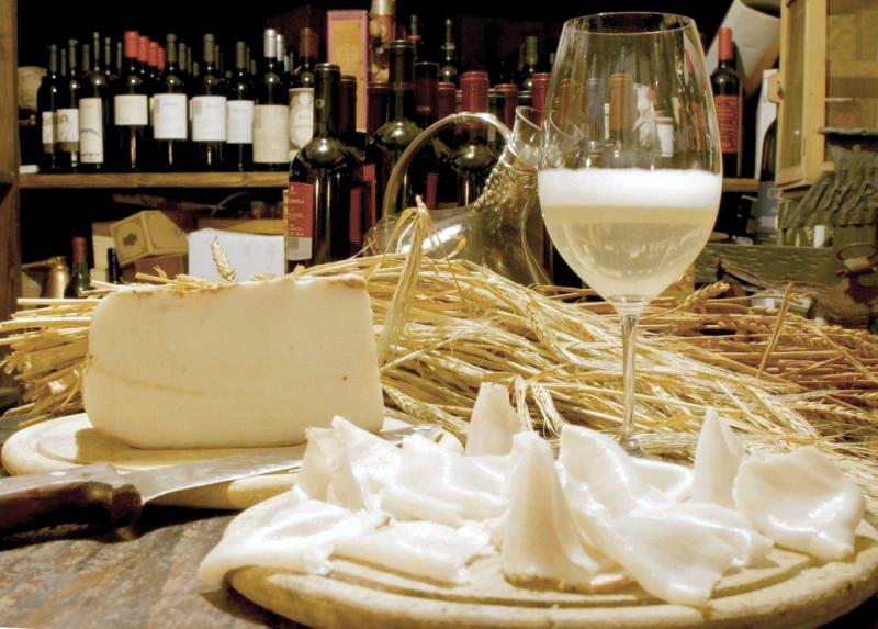 Lardo di colonnata e vino
