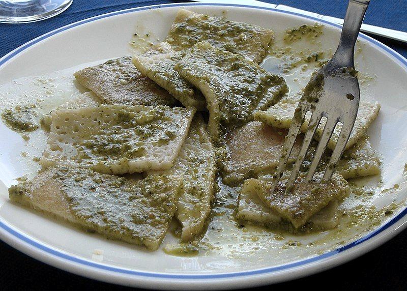 Un piatto di testaroli al pesto (foto di J.P. Lon via Wikimedia Commons)