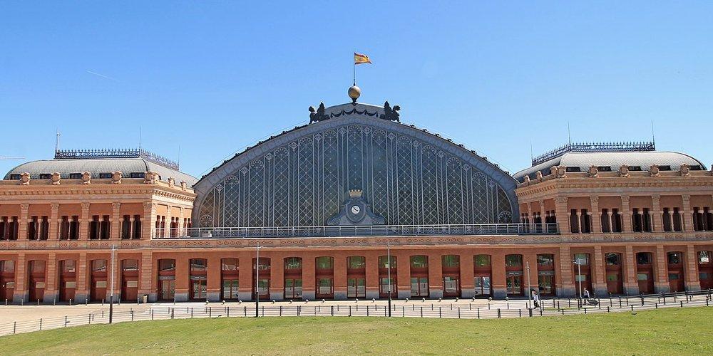 La stazione di Atocha a Madrid (foto di Luis García via Wikimedia Commons)