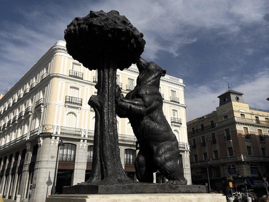 La statua dell'orso e del corbezzolo in Puerta del Sol a Madrid