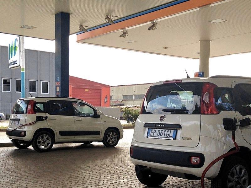 Delle Fiat Panda – utilitarie a metano – intente a far rifornimento (foto di Corvettec6r via Wikimedia Commons)
