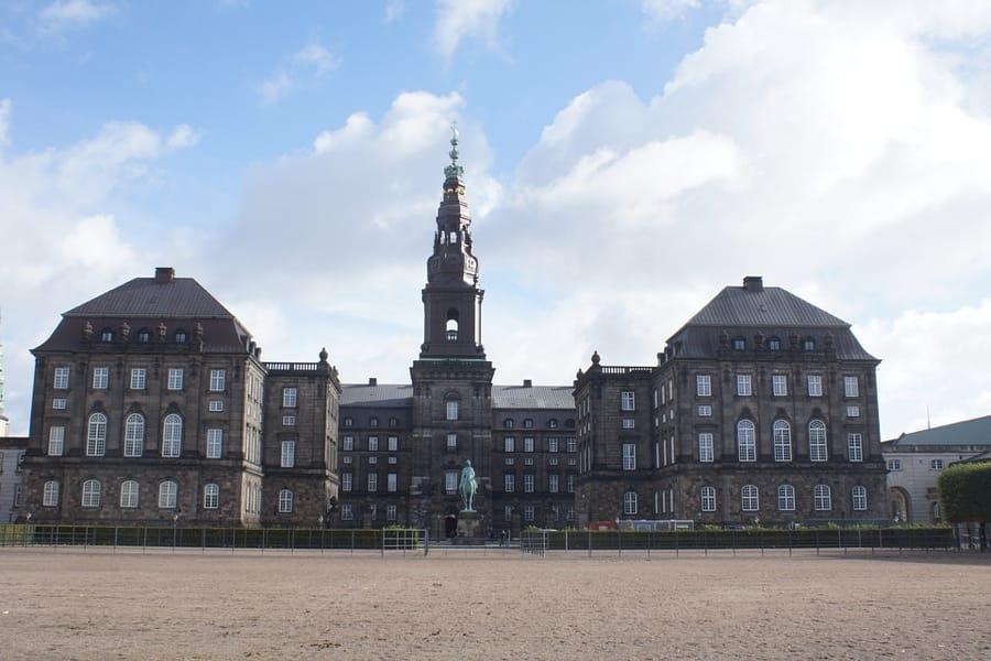 Il Palazzo di Christiansborg a Copenaghen, sede del governo, del Parlamento e della Corte Suprema danese