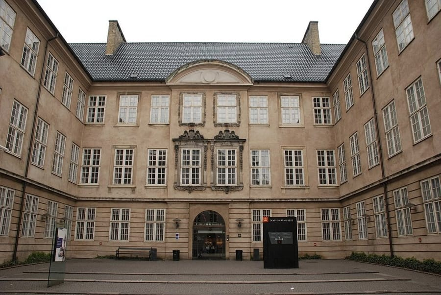 L'entrata del Museo Nazionale di Copenaghen (foto di xiquinhosilva via Flickr)