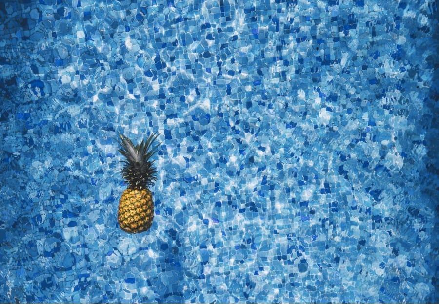 Un ananas che galleggia sull'acqua