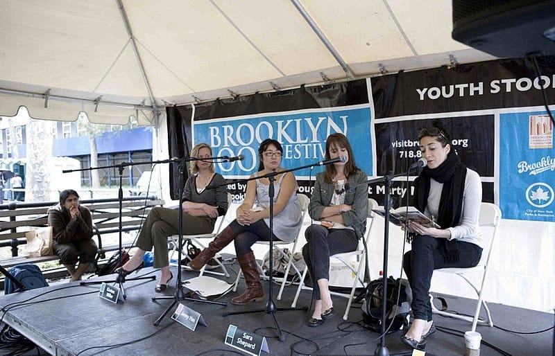 La scrittrice Lauren Oliver (la prima da destra) al Brooklyn Book Festival nel 2010 (foto di Navdeep Singh Dhillon via Flickr)