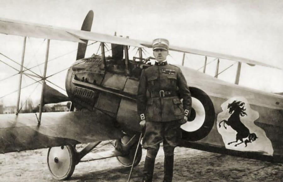 Francesco Baracca davanti al suo aereo