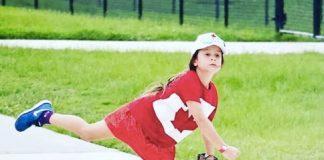 Ashlynn Jolicoeur mentre gioca a baseball