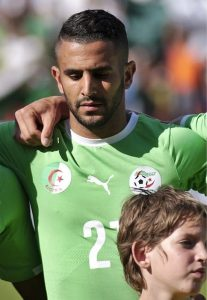 Riyad Mahrez con la maglia dell'Algeria (foto di Clément Bucco-Lechat via Wikimedia Commons)