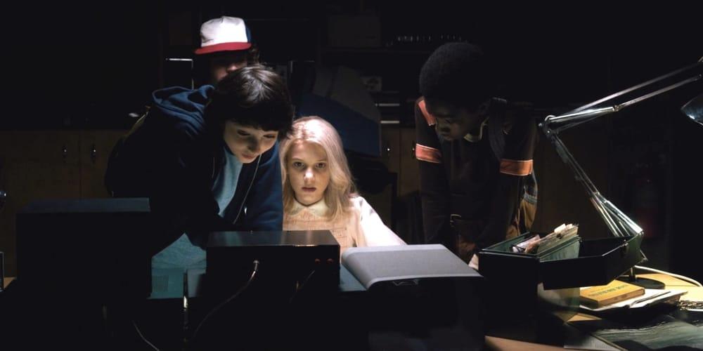 Una scena de Il corpo di Stranger Things, coi ragazzi all'opera