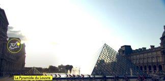 Il Tour de France davanti alla piramide del Louvre