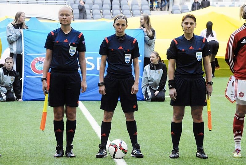Stéphanie Frappart, al centro, primo arbitro donna in una finale europea di calcio maschile (foto di Anders Henrikson via Flickr)