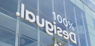 Il nuovo logo di Desigual sulla facciata della loro sede a Barcellona