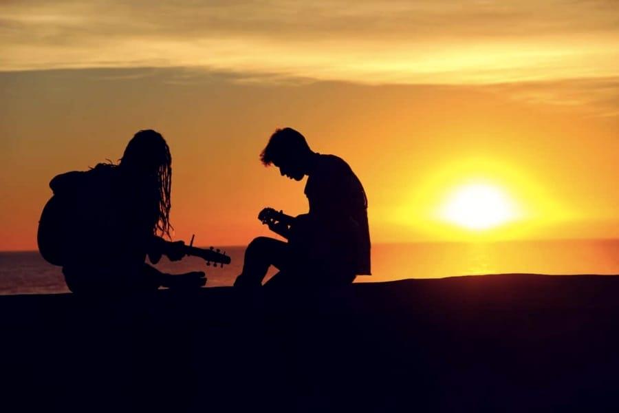 Suonare la chitarra al tramonto