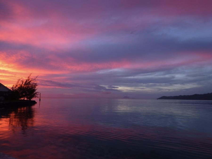 Un tramonto in viola sulla Polinesia