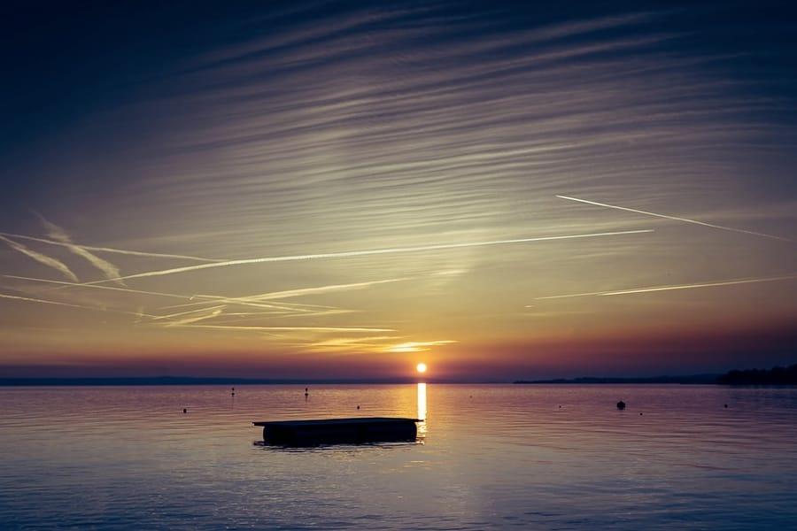 Un bel tramonto sull'acqua