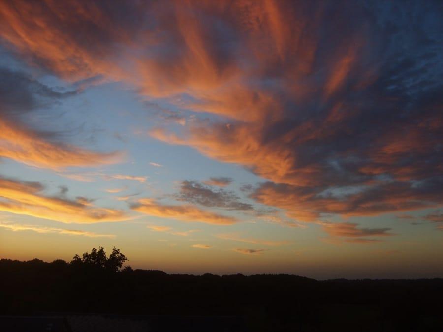 Uno scenografico tramonto con nuvole