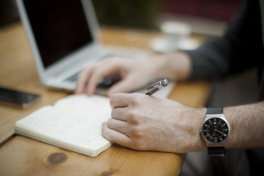 Un mancino mentre scrive