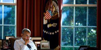 Barack Obama intento nella lettura all'epoca del suo lavoro alla Casa Bianca