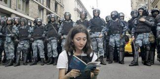 Olga Misik mentre legge la Costituzione a Mosca