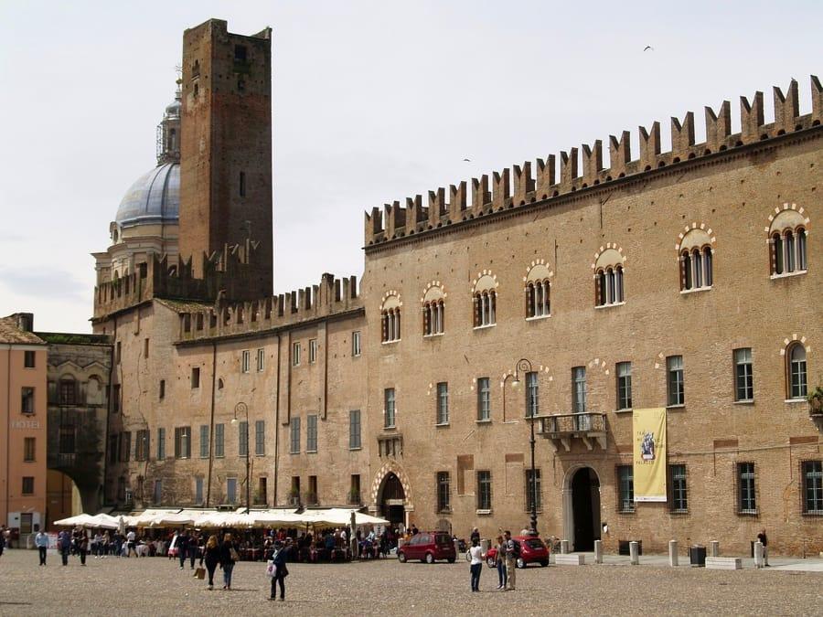Piazza Sordello a Mantova col Palazzo Ducale