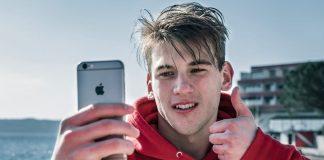 Un ragazzo che si fa un selfie
