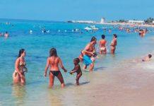 La bambina di una venditrice ambulante è stata momentaneamente adottata dalla spiaggia a Trapani