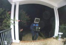 Una delle riprese delle telecamere di sicurezza sull'uomo col televisore in testa