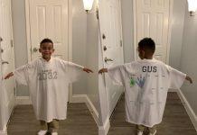 Il bambino con la maglia che costituisce la sua tradizione per il primo giorno di scuola