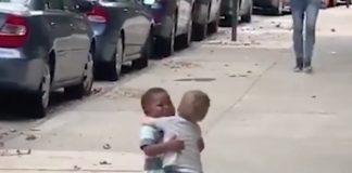 L'abbraccio tra i due bambini newyorkesi