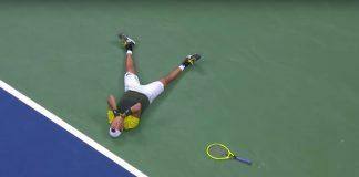Matteo Berrettini a terra dopo la vittoria contro Gaël Monfils nei quarti di finale degli US Open