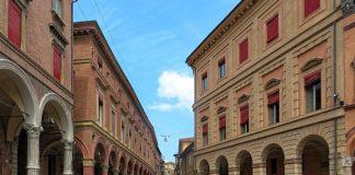 Bologna e i suoi portici, colpiti dal gruppo Il Padrone di merda