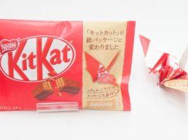 Il KitKat giapponese in carta con l'origami vicino