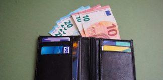 Un portafogli carico di soldi, come quello trovato dal bengalese a Roma