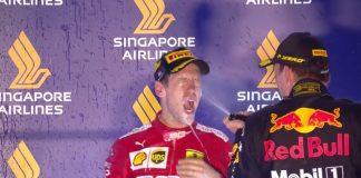 Sebastian Vettel festeggia dopo la vittoria del Gran Premio di Singapore