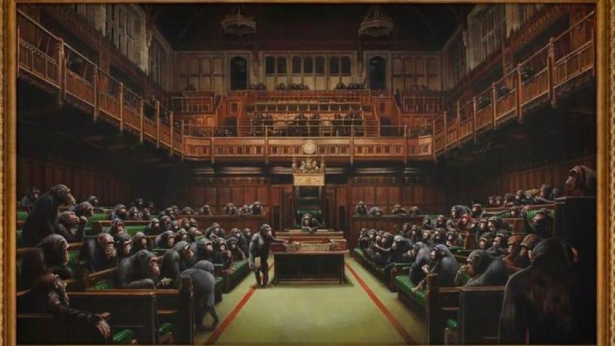 Il quadro di Banksy con gli scimpanzé al posto dei parlamentari