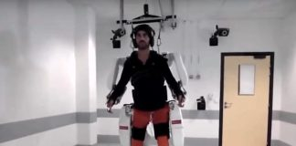 Il ragazzo paralizzato mentre cammina con l'esoscheletro
