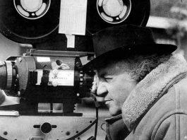 Federico Fellini, un grande esperto di linguaggio cinematografico, alla macchina da presa