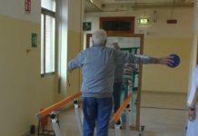 L'uomo operato di trapianto di vertebre durante la riabilitazione