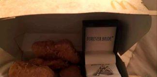 I Chicken McNuggets con l'anello di fidanzamento al fianco