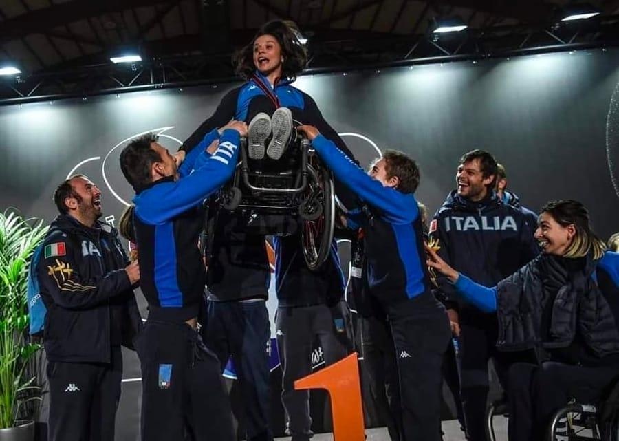 Rossana Pasquino sollevata dai compagni della nazionale, tra cui Bebe Vio