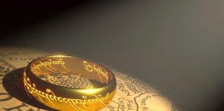 L'anello di Tolkien con le sue scritte in elfico