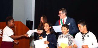 Il sindaco di Modena, Gian Carlo Muzzarelli, assegna le cittadinanze onorarie