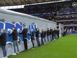 I tifosi dell'Hertha Berlino abbattono simbolicamente il Muro