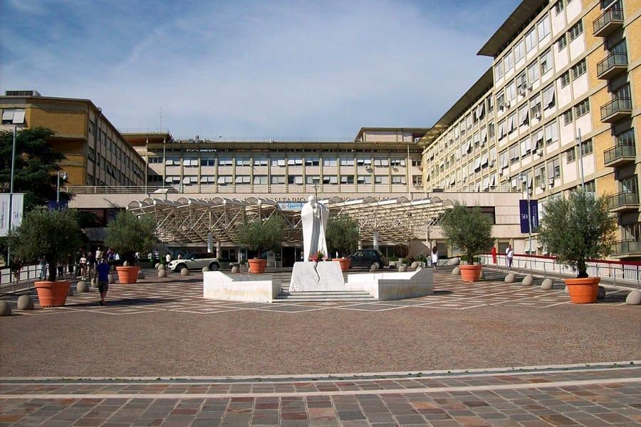 L'ingresso principale del Policlinico Gemelli di Roma (foto di Blackcat via Wikimedia Commons)