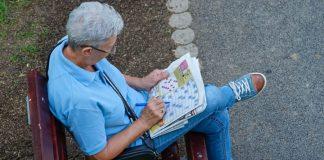 Un'anziana signora che fa le parole crociate