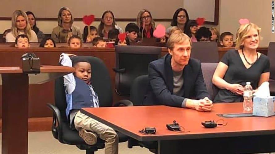 Il piccolo Michael coi suoi genitori adottivi in tribunale