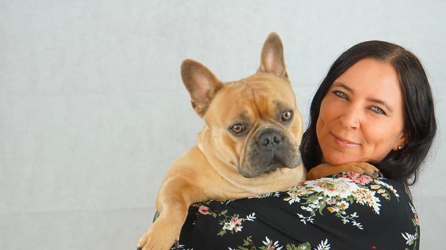 Un Bulldog francese e la sua padrona