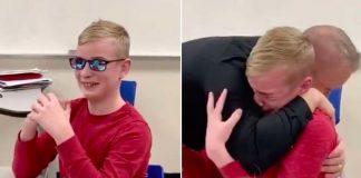 Jonathan Jones con gli occhiali per il daltonismo