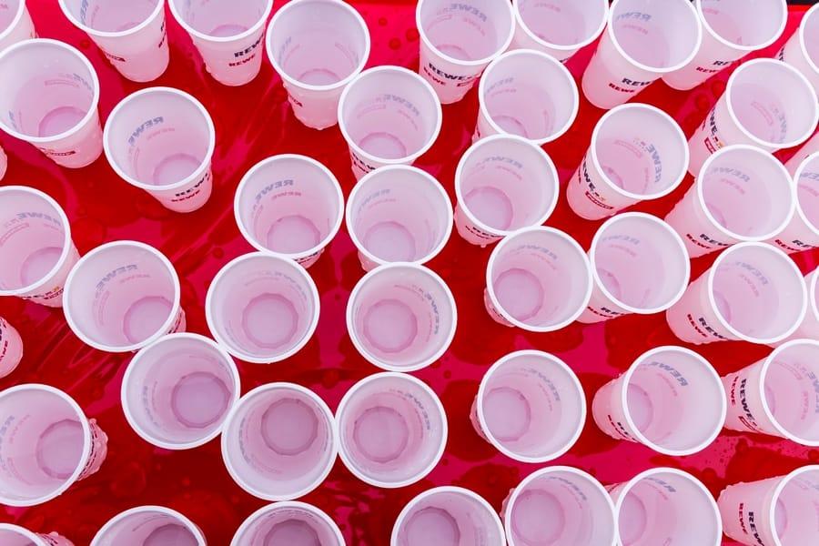 Bicchieri di plastica pronti per essere riempiti
