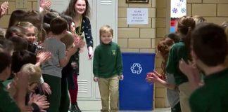 Il piccolo John accolto a scuola dopo la leucemia